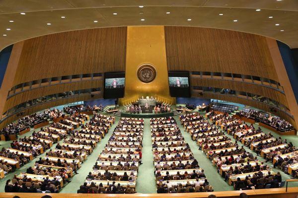 """In der New Yorker """"General Assembly Hall"""" stellten 2500 junge Menschen die Arbeit der Vereinten Nationen nach."""