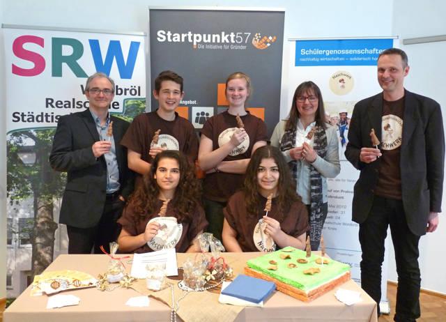 Die Schülerinnen und Schüler der Naschwerk eSG präsentierten sich mit Ihrem Konrektor Jens John (re.) und Heidi Irlenbusch vom Kölner Netzwerk Schülerfirmen den interessierten Siegener Lehrern. Klaus Irle (li.), Prokurist der KM:SI GmbH, stellte die Angebote von Startpunkt57 vor. (Foto: KM:SI)