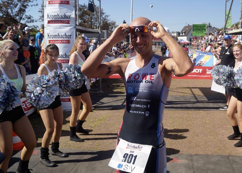 """Andi Böcherer ist der """"König von Buschhütten"""": Er gewann den 30. EJOT-Triathlon und sicherte sich die Krone. Fotos: Jürgen Kirsch"""