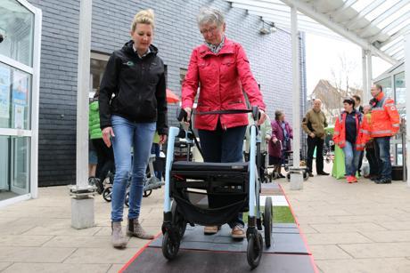 Unter Anleitung von Nina Kunz bewältigt Brigitte Ritter den Rollatorparcours ohne Probleme. (Fotos: Gemeinde Neunkirchen)