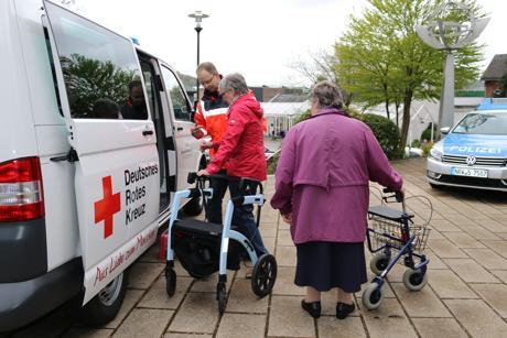 Jörg Capito vom DRK Neunkirchen zeigt den Besucherinnen des ersten Neunkirchener Rollatortages, wie sie sicher in den Bus – baugleich mit dem Bürgerbus – gelangen können.