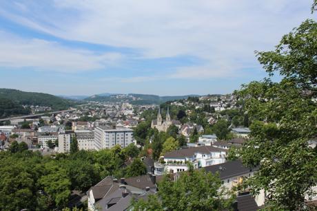 Das Siegener Stadtbild ist geprägt von viel Grün; damit hat die Stadt laut Berliner Morgenpost die größte grüne Fläche aller deutschen Großstädte. Das Foto zeigt den Panoramablick auf Siegen vom Großen Krebs am Oberen Schloss. (Foto: Stadt Siegen)