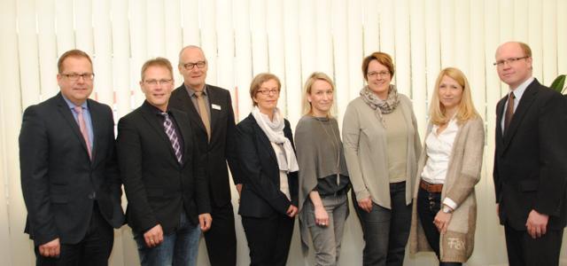 Die Grundförderungen der Selbsthilfegruppen für die Kreise Siegen-Wittgenstein und Olpe stehen fest: Zur Sitzung im Siegener AOK-Haus trafen sich Dirk Heppe, Peter Müller (DAK), Jochen Groos (AOK), Eva-Maria Müller (BKK), Julia Kramer (IKK), Heike Kluitmann, Ulrike Heinemeyer (BARMER GEK) und Torsten Klotz (Knappschaft). (Foto: AOK)