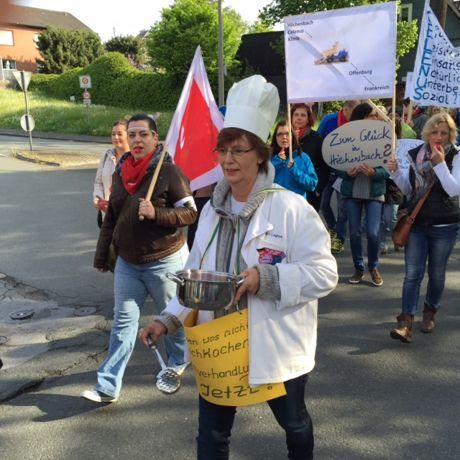 Die Streikenden marschierten zum Hilchenbacher Marktplatz. Fotos: Gewerkschaft
