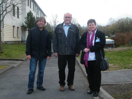 Peter Heinbeck und Heinz-Wilhelm Upphoff führten Tanja Wagener (v.l.n.r.) über das Gelände der Burbacher Erstaufnahmeeinrichtung für Flüchtlinge. Foto: Partei