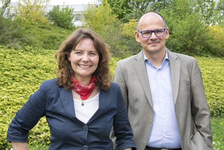 Dr. Jochen Johannsen (Universitätsbibliothek) und Prof. Dr. Sabine Roller (Zentrum für Informations- und Medientechnologie). Foto: Uni Siegen