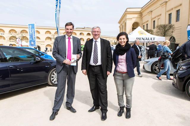Der Koblenzer Oberbürgermeister Joachim Hofman-Göttig (Mitte) sprach mit Dominik Eichbaum (Wirtschaftsförderung Stadt Siegen) und Feriha Oezdemir (Universität Siegen) über eine mögliche Zusammenarbeit im Bereich der Elektromobilität. (Foto: Stadt Siegen)