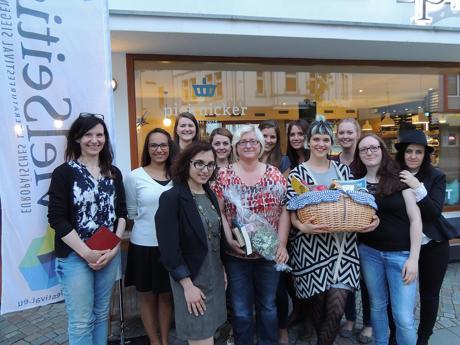 """Die studentische Projektgruppe, die das """"Literarische Picknick"""" veranstaltete, wird unter der Leitung von Frau Dr. Natasza Stelmaszyk in diesem Jahr ebenfalls bei der Organisation des vielSeitig – Europäisches Literaturfestival Siegen mitwirken (www.vielseitig-festival.eu)."""