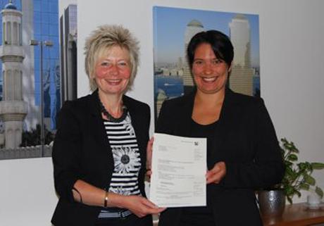 Regierungspräsidentin Diana Ewert, links, Birgit Walter, Vorstand der Stiftung JeKits