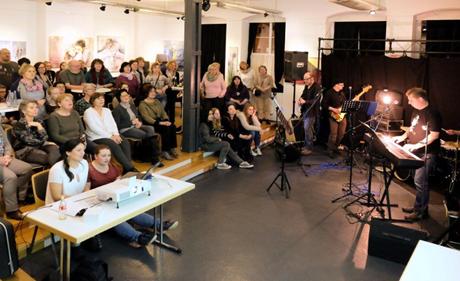 """Die Band der Musikschullehrer und das Sangeslustige Publikum beim letzten """"Netphen singt"""". Foto: Kruno Schmidt"""