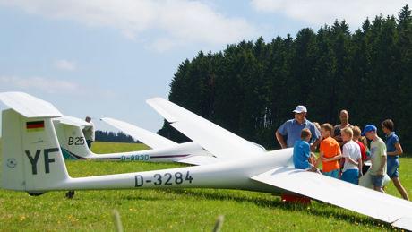"""Warten auf den Start: Am kommenden Wochenende (4. und 5. Juni) bietet die Breitscheider Luftsportgruppe wieder einen Segelflug-Schnupperkurs an. Die Teilnehmer können unter Anleitung erfahrener Fluglehrer selbst den Steuerknüppel eines der """"weißen Adler"""" in die Hand nehmen. Foto: lsg"""