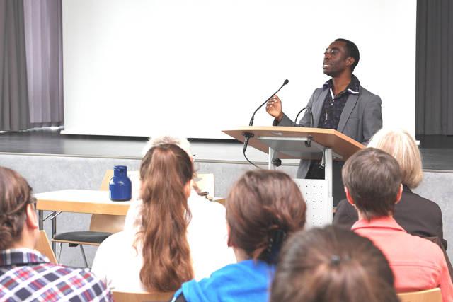 Die Schülerinnen und Schüler lauschten gebannt dem Vortrag von Dr. Mabanza.