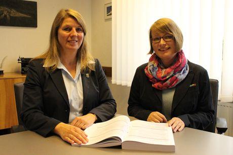 Im Wilnsdorfer Rathaus hat die Klimaschutzmanagerin Kerstin Riester ihre Arbeit aufgenommen, Bürgermeisterin Christa Schuppler freut sich über die kompetente Unterstützung. Foto: Gemeinde Wilnsdorf