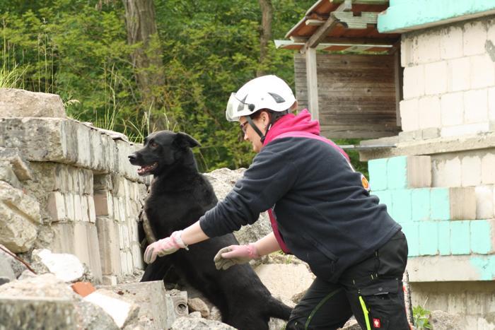 """""""Tara"""" hat die Versteckperson aufgespürt, Hundeführerin Daniela Westheide ist zufrieden mit der Arbeit ihrer Hündin."""