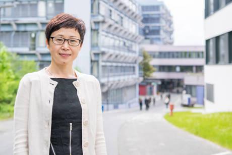 Rong Xu leitet das China-Büro der Universität Siegen und steht Studierenden bei allen Fragen zu Austauschmöglichkeiten und Auslandsstudium in China und Siegen zur Seite. Foto: Uni Siegen