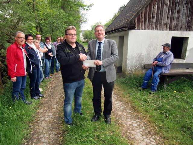 DKS-Vorsitzender Thorsten Görg (l.) mit Netphens Bürgermeister Paul Wagener. (Foto: Wilfried Lerchstein)