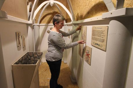 Museumsleiterin Dr. Corinna Nauck gibt der Inneneinrichtung des Klosternachbaus den letzten Schliff. Foto: Gemeinde Wilnsdorf