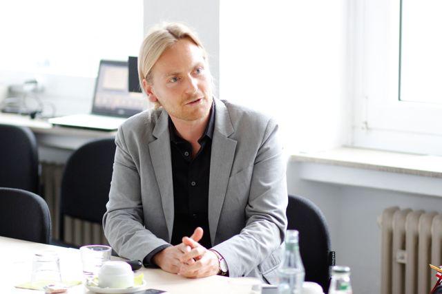 Dr. Sascha Krannich, Wissenschaftlicher Mitarbeiter des FoKoS mit dem Schwerpunkt Migrationsforschung. (Foto: Uni)