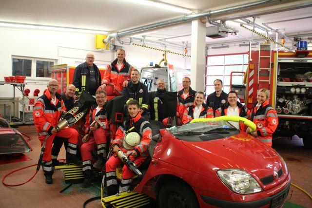 DRK Rettungsdienstpersonal der Rettungswache Burbach-Wahlbach sowie die ehrenamtlichen Rettungssanitäter der Feuerwehr Würgendorf übten gemeinsam die Patientenrettung aus einem Fahrzeug. (Foto: Kai Langenbach/DRK)