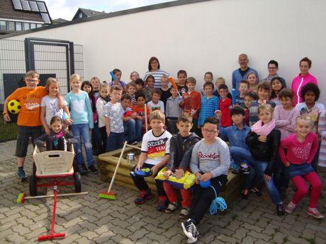 Neunkirchener Schüler freuen sich über Sandkasten. (Fotos: Gemeinde Neunkirchen)
