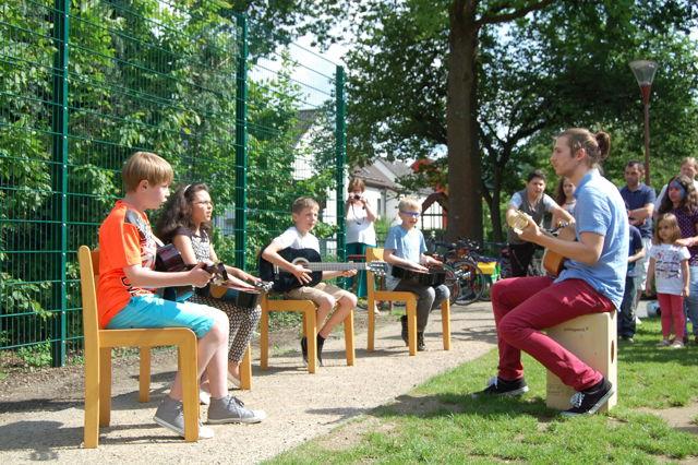 Der Gitarrenkurs wird seit Januar im Haus der interkulturellen Bildung angeboten; bei ihrem ersten offiziellen Auftritt auf dem Sommerfest präsentierten die Teilnehmer ihre einstudierten Stücke. (Foto: Stadt Siegen)