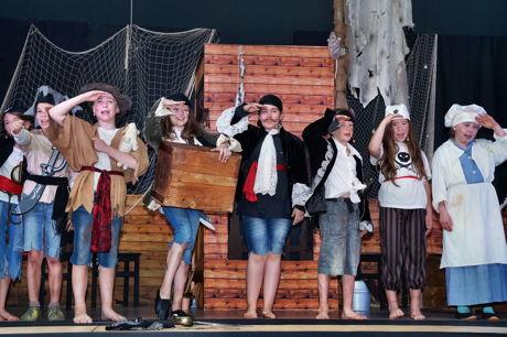 """2016-06-20_Eckmannshausen_Dreisbachtalschule in Eckmannshausen spielt das Theaterstück """"Piraten lesen nicht!""""_Foto_Sven Pitzer_01"""