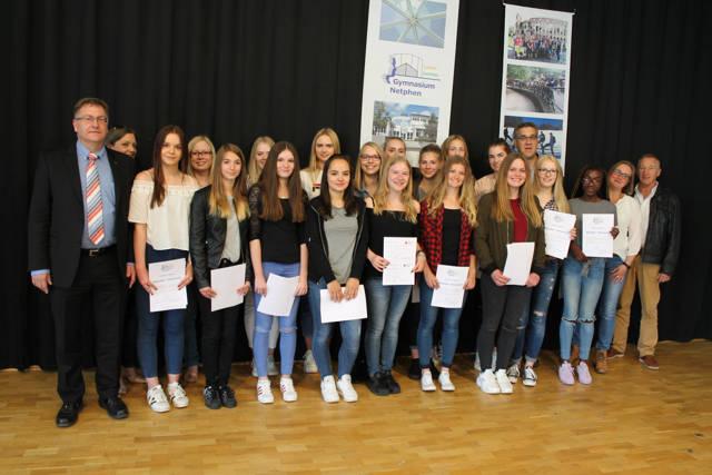Zertifikatsübergabe an Teilnehmerinnen des Babysitter-Kurses am Gymnasium Netphen. (Foto: Stadt Netphen)