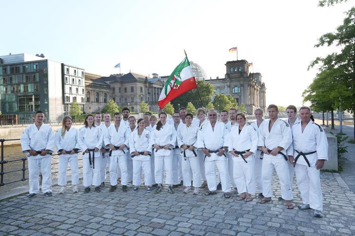 Noch am ersten Kampftag sorgte ein Fotograf mit einer besonderen Kulisse für eine besondere Erinnerung. Rund um den Reichstag strahlte die Sonne mit den Judokas, so dass professionelle Fotos entstehen konnten.