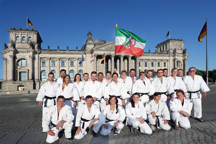 Die NRW-Mannschaft vor dem Berliner Reichstag. (Foto: Polizei)