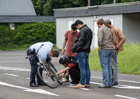 Verkehrssicherheitsberater Axel Bieler kennt nicht nur die Verkehrsregeln aus dem Effeff, er steht auch bei einer abgesprungenen Kette mit Rat und Tat zu Seite.