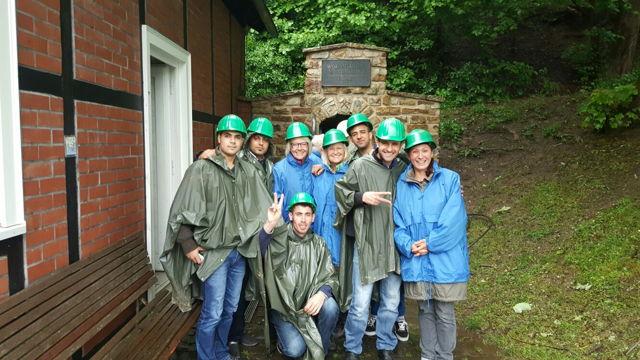 Sichtlich Spaß hatten die Flüchtlinge und Ehrenamtler bei dem Besuch des Wodanstollns. (Foto: Gemeinde Neunkirchen)