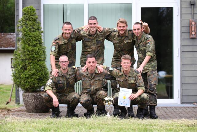 """Den Wanderpokal erhielten die diesjähriger Sieger des """"DünschCup"""", die Mannschaft der der E-Crew der Einsatzführungsstaffel 21, im Anschluss an das Turnier im Casino."""