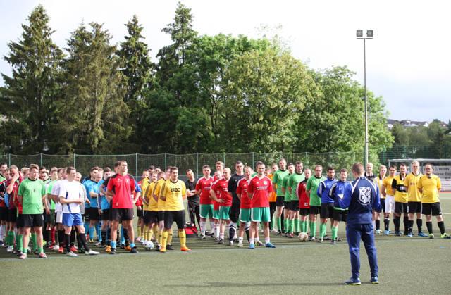 Der Sportoffizier des Systemzentrum 25, Hauptmann Sebastian Völcker, der den Sportoffizier des EinsFüBer 2, Hauptmann Jörg Linker vertrat, erläutert den aktualisierten Turniermodus.