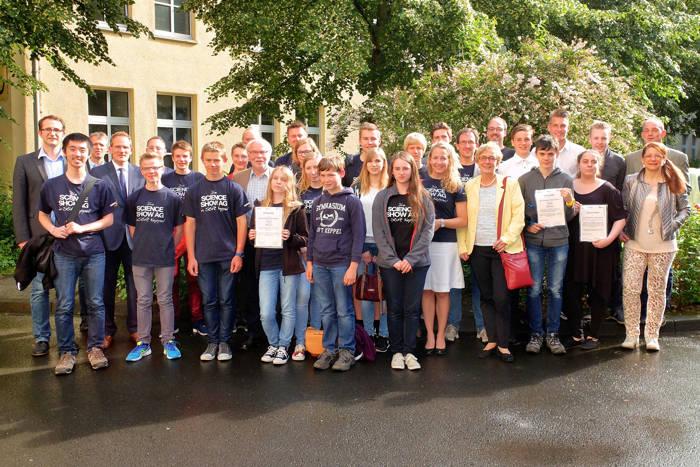 Preisträger und Vertreter der ausgezeichneten Schulen stellten sich zum Gruppenbild am Emmy-Noether-Campus der Uni Siegen. (Fotos: Uni)