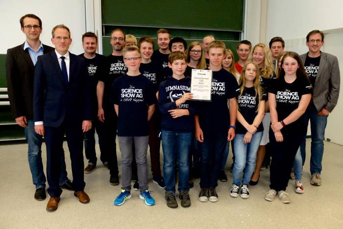 Das Siegerteam, die Science Show-AG des Stift Keppel-Gymnasiums, mit Prof. Dr. Ingo Witzke (l.) und Dr. Thorsten Doublet (2. v. l.).