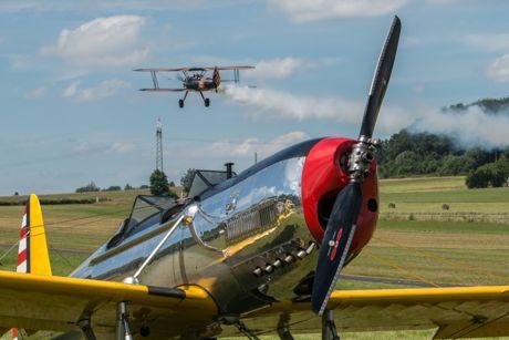 """Dem brennt der Kittel! Hans Nordsiek, der fliegende Holländer, heizt seiner """"Old Crow"""" ein. Im Vordergrund die Ryan PT 22. Ein beliebtes Fotomotiv. Foto: Elfi Jung"""