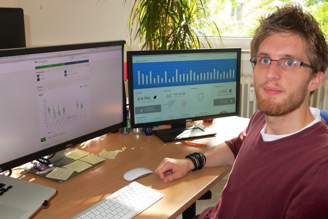 """Der Leiter des """"Living Lab Energy & Environment"""", Nico Castelli, an seinem Arbeitsplatz. (Foto: Uni)"""