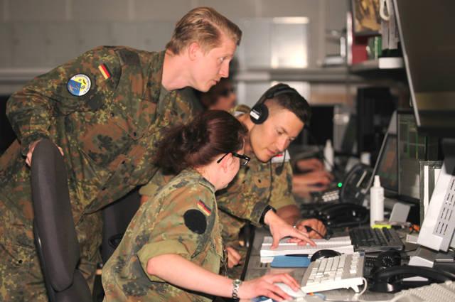 Oberleutnant Landwehr überprüft die ordnungsgemäße Dokumentation eines Luftnotfalls an der TPS-Position. (Foto: Daniel Heinen)