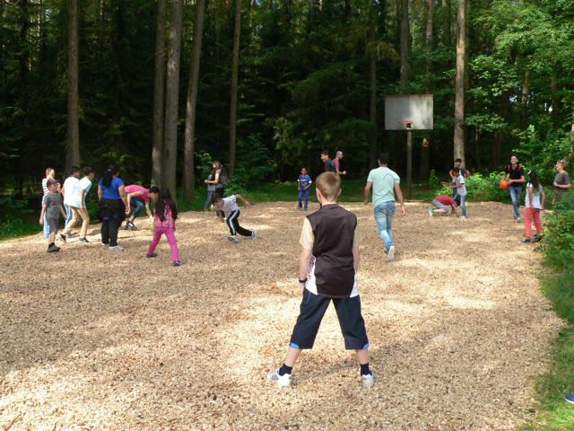 Auch Basketball zählte zu den Aktivitäten im Sprachcamp – die Kinder und Jugendlichen waren mit Feuereifer bei der Sache.
