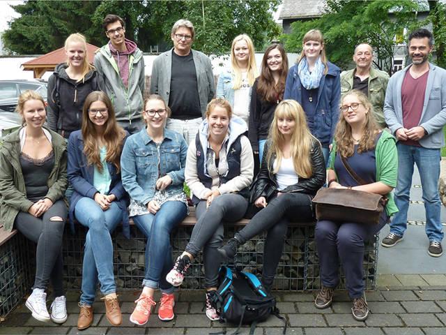 Die Bio-LehrerInnen von morgen informierten sich bei der AWO über Suchtprävention, zusammen mit PD Dr. Christoph Forreiter, (dritter li. oben) Günter Horn (zweiter re. oben) und Jens Kersting (re. oben). (Foto: Universität Siegen)