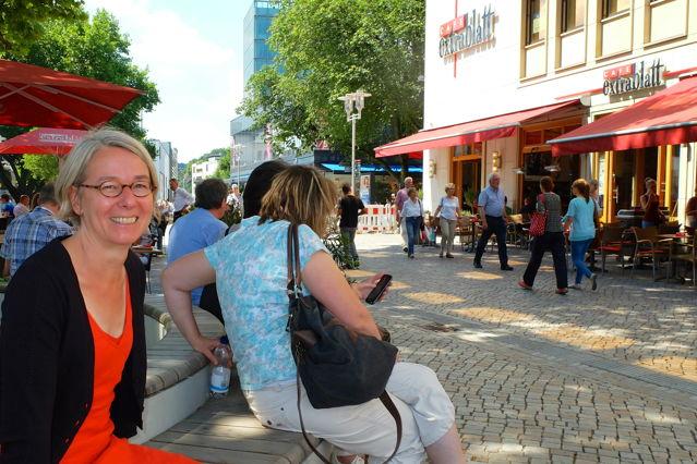 Jun.-Prof. Sabine Meier im Bereich des Café Extrablatt, den sie mit den Studierenden untersucht hat. (Foto: Uni)
