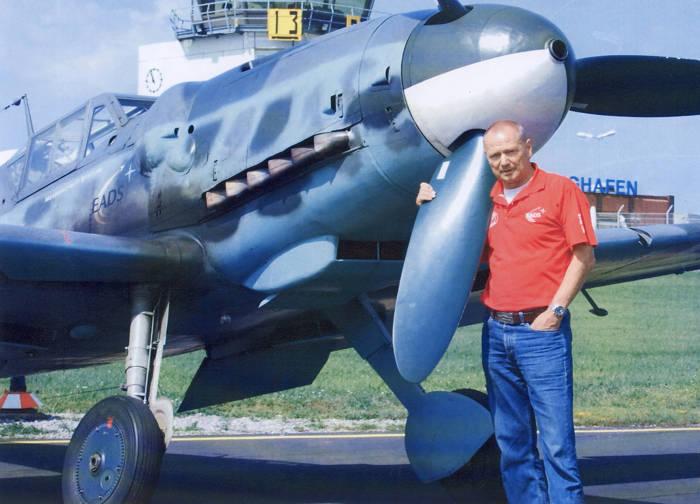 Der Jubilar und seine Flamme: Walter Eichhorn ist der Mann mit den Welt weit meisten Flugstunden auf dem legendären WK-II-Jäger Bf 109. Darin wirkte er in vielen Filmen mit. Auch auf und über dem Siegerlandflughafen genießt der Mann längst Heimvorteil. (Foto: Privat)
