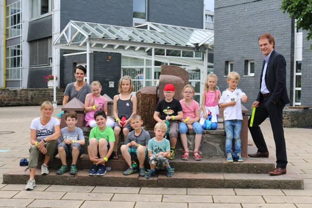 Nach dem Besuch im Rathaus gab's noch ein Foto der Ferienbetreuungsgruppe gemeinsam mit dem Allgemeinen Vertreter Wolfgang Weber (links). (Foto: gemeinde Neunkirchen)