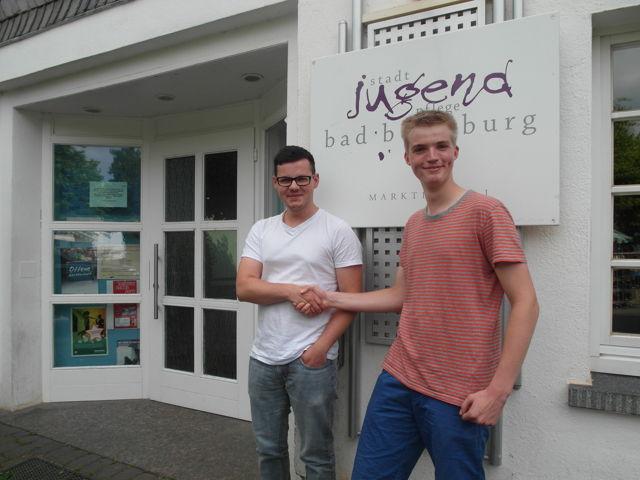 Benedict Weinhold (der Blondhaarige rechts) begrüßt seinen Nachfolger Kim Kernig als einen der neuen Bufdis bei der Stadtjugendpflege in Bad Berleburg und wünscht ihm viel Spaß und interessante Begegnungen.