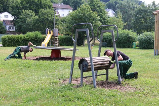 Die Bauhofmitarbeiter Erich Schrage (rechts) und sein Kollege Alexander Fuchs vom gemeindlichen Bauhof, überprüfen regelmäßig die Spielgeräte auf den Neunkirchener Spielplätzen. (Foto: Gemeinde Neunkirchen)
