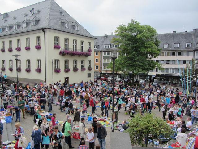 Viel los auf dem Marktplatz: Bereits in den vergangenen Jahren war der Kinderflohmarkt ein voller Erfolg. (Foto: Stadt Siegen)