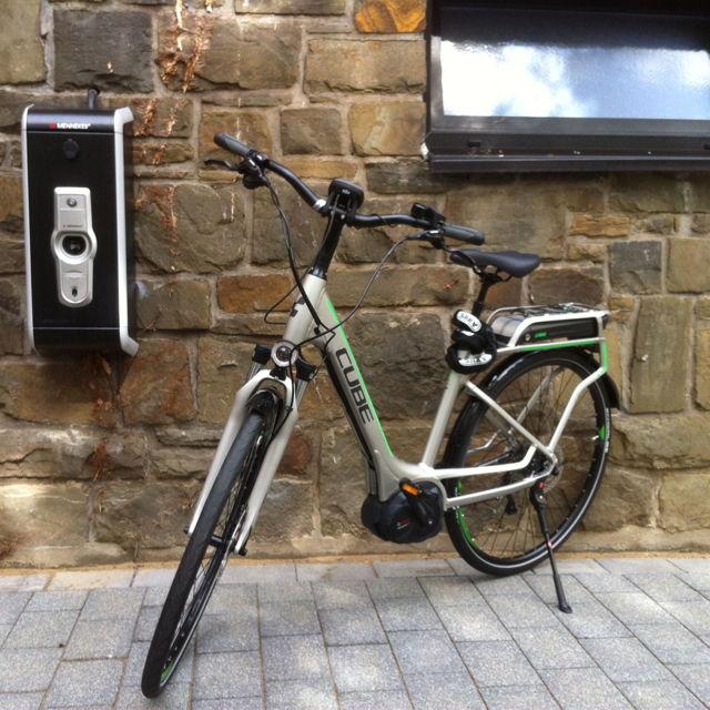 An einer Ladestation kann der Elektromotor der Pedelecs aufgeladen werden. (Fotos: Uni)