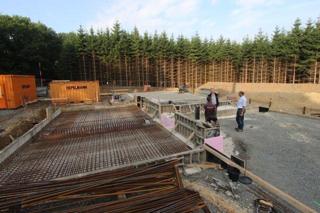 Für den neuen Hochbehälter in Obersdorf werden zurzeit Erd- und Betonarbeiten vorgenommen, Dipl. Ing. Andreas Kölsch (m.) überzeugte sich vor Ort vom Baufortschritt. (Foto: Gemeinde Wilnsdorf)