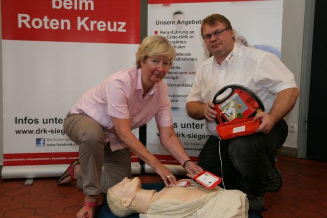 v.l.: Die stellv. DRK-Kreisvorsitzende Annemarie Bender zeigt gemeinsam mit Boris Wißmann wie man einen Defibrillator bedient. (Foto: DRK)