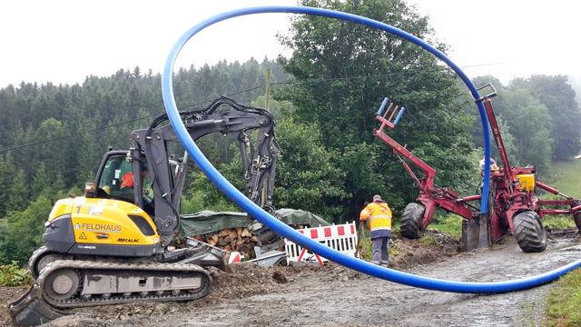 2016-08-03_Bad Berleburg_Einpflügen der Wasserleitung vom Arfelder Berg bis zum Hochbehälter Elsoff_Foto_Stadt Bad Berleburg_02